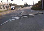 Insidia stradale: a Monza isola spartitraffico senza segnaletica verticale e quella orizzontale poco visibile.